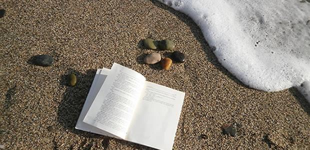 Ένα βιβλίο στην άμμο