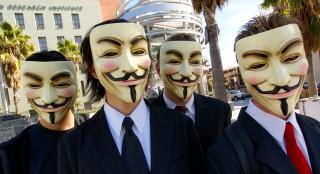 Μέλη των Anonymous με μάσκες Guy Fawkes