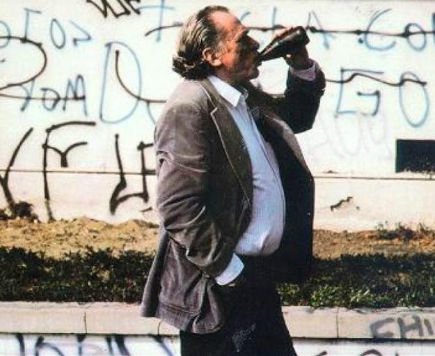 Ο Τσαρλς Μπουκόφσκι με το ποτό στο χέρι