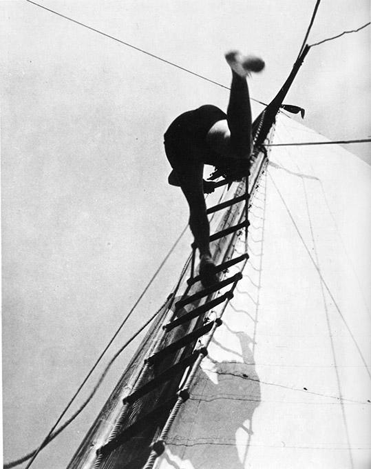 """Μινιμαλισμός στη φωτογραφία του Laszlo Moholy-Nagy. 1926-1927: """"Woman climbing Rigging""""."""