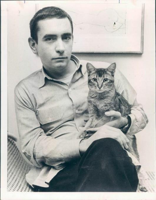 Ο Έντουαρντ Άλμπυ με τη γάτα του